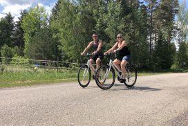 Par på cykeltur i Hamrångebygden - foto Hedenstugan